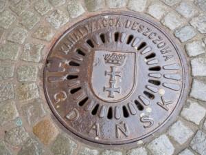 gdansk4街で見かけたマンホール (640x480)